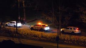 Движение человека управляя автомобилем арестованным полицией вечером в Coquitlam ДО РОЖДЕСТВА ХРИСТОВА Канаде акции видеоматериалы