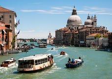 Движение шлюпки в Венеции на большом канале стоковые изображения