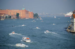 Движение шлюпки часа пик в канале Венеции грандиозном Стоковая Фотография
