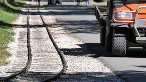 Движение людей идя путешествием тренирует железную дорогу сток-видео