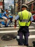 Движение NYPD на канале и Бродвей в Чайна-тауне, Нью-Йорке, США стоковое изображение