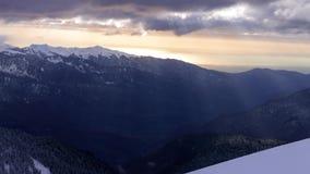 Движение Timelapse лучей солнца через облака на заходе солнца в горах пика Кавказа розового сток-видео