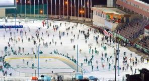Движение whith катка катания на коньках запачкало большую группу в составе катаясь на коньках peo Стоковое Изображение