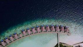 Движения камеры трутня далеко от вилл на береговой линии океана акции видеоматериалы
