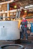 Движения работника подготовили блок для того чтобы складировать Стоковое Изображение RF