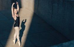 Движения танца женского артиста балета практикуя Стоковые Фото
