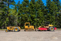Движенцы земли на месте Contruction дороги в лесе Стоковые Фотографии RF
