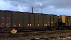 Двинутый под углом взгляд двигая груза нося товарного состава проходит скрещивание железнодорожной станции поезда прямого сообщен видеоматериал