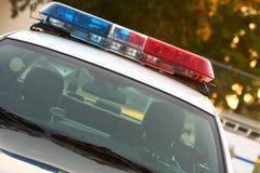 двинутый под углом задний взгляд сирены полиций Стоковое Изображение