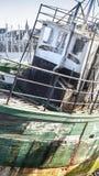 Двиньте под углом, старый покинутый корабль рыбной ловли в Франции Стоковые Фото