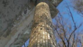 Двоеточие получившегося отказ здания в парке города сток-видео