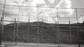 двойная загородка колючей проволоки на морокканском предохранении от границы от переселенцев сток-видео