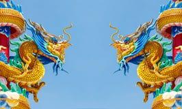 Двойная золотая статуя дракона на предпосылке голубого неба стоковое изображение rf