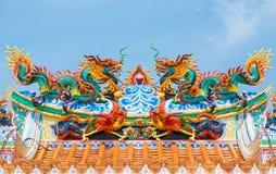 Двойная золотая статуя дракона на предпосылке голубого неба стоковое фото rf