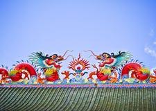 Двойная красная статуя дракона фарфора на крыше Стоковые Фото