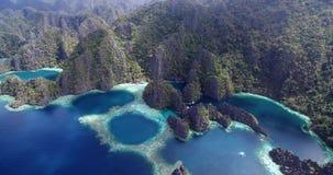 Двойная лагуна в Coron, Филиппинах Красивый ландшафт с природой, морем Sulu, горой и коралловым рифом сток-видео