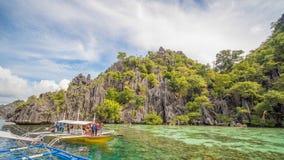 Двойная лагуна в Coron, Palawan, Филиппинах Гора и море шлюпка сиротливая Путешествуйте a Стоковое Изображение