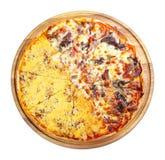 Двойная покрывая пицца на деревянном столе изолировала стоковая фотография