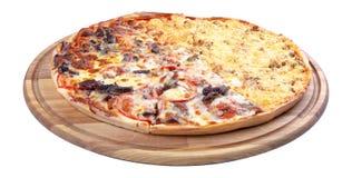 Двойная покрывая пицца на деревянном столе изолировала стоковые изображения