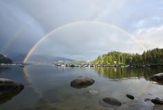 Двойная радуга над глубокой бухтой, северным Ванкувером Стоковые Изображения