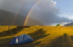 Двойная радуга над туристским лагерем стоковые изображения rf