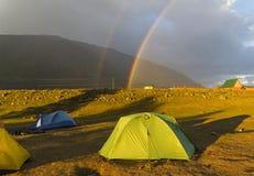 Двойная радуга над туристским лагерем стоковая фотография rf
