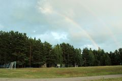 Двойная радуга над футбольным полем Стоковые Фото