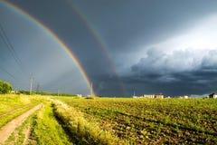 Двойная радуга в поле Стоковое Фото