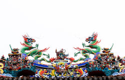Двойная статуя драконов на крыше с белой предпосылкой стоковые изображения rf