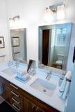 Двойная тщета и зеркала ванной комнаты Стоковые Фото