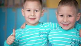 Двойная улыбка мальчиков в камере видеоматериал