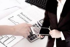 Двойная экспозиция бизнесмена используя отжимать таблетки и руки концепция вклада калькулятора, технологии и банка Стоковое фото RF