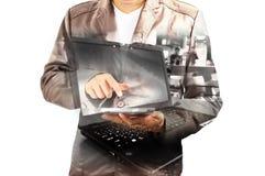 Двойная экспозиция бизнесмена используя передвижной ПК таблетки с примечанием Стоковое фото RF