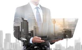 Двойная экспозиция бизнесмена используя портативный компьютер Стоковые Фото