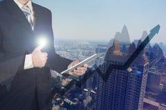 Двойная экспозиция бизнесмена используя таблетку и дает большие пальцы руки вверх по o Стоковое Фото