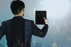 Двойная экспозиция бизнесмена используя таблетку с финансовой диаграммой Стоковая Фотография RF