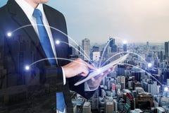 Двойная экспозиция бизнесмена используя цифровой ПК таблетки с netw Стоковые Изображения RF