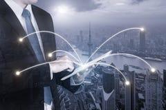 Двойная экспозиция бизнесмена используя цифровой ПК таблетки Стоковое Изображение RF