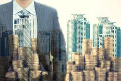 Двойная экспозиция бизнесмена над деньгами чеканит в большом c Стоковое фото RF