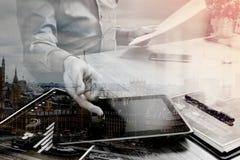 Двойная экспозиция бизнесмена работая с цифровым compu таблетки Стоковое Изображение
