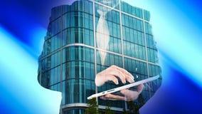 Двойная экспозиция бизнесмена с таблеткой и офисным зданием Лондона, голубой абстрактной предпосылкой Стоковые Фотографии RF