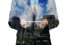 Двойная экспозиция города и бизнесмена на телефоне как дело Стоковые Фотографии RF