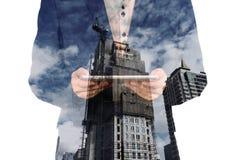 Двойная экспозиция города и бизнесмена на телефоне как дело Стоковые Фото
