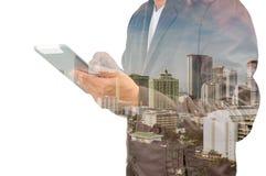Двойная экспозиция города и бизнесмена на телефоне как дело Стоковая Фотография