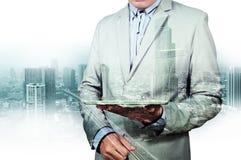 Двойная экспозиция города и бизнесмена на телефоне Стоковое фото RF