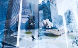 Двойная экспозиция женщины вручает касающему экрану цифровую таблетку Бизнесмены концепции используя передвижные устройства крупн Стоковые Изображения
