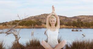 Двойная экспозиция женщины выполняя йогу на береге озера Стоковая Фотография RF