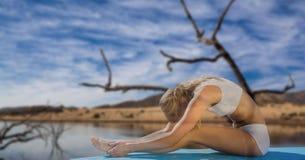 Двойная экспозиция женщины выполняя йогу озером Стоковые Изображения RF