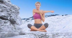 Двойная экспозиция женщины работая на snowcapped горе Стоковые Фото