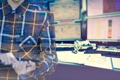 Двойная экспозиция инженера женщин в острословии рубашки битника работая Стоковые Изображения RF
